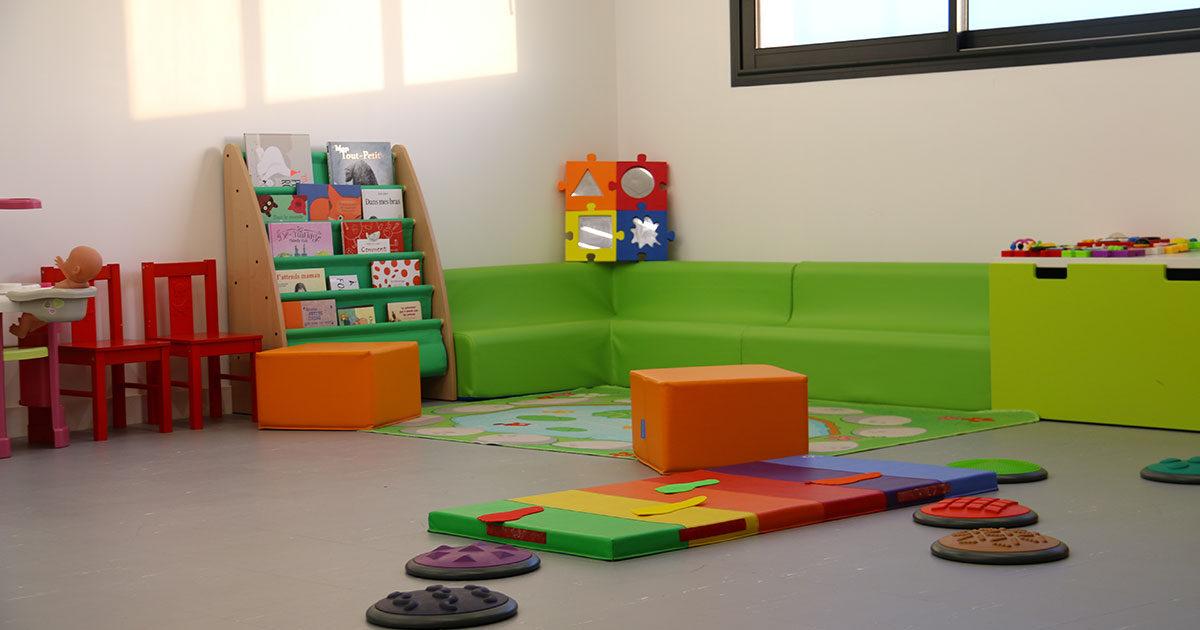 Salle dédiée aux enfants, avec beaucoup de couleurs et des jouets