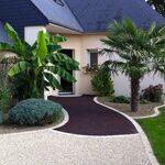 belle maison avec des palmiers, pour mettre en avant un revetement permeable