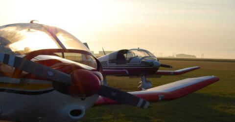 Deux avions dans un champ, à l'arret