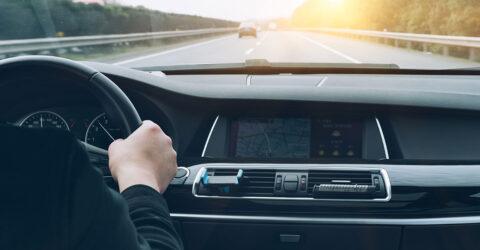 Conducteur dans sa voiture sur la route