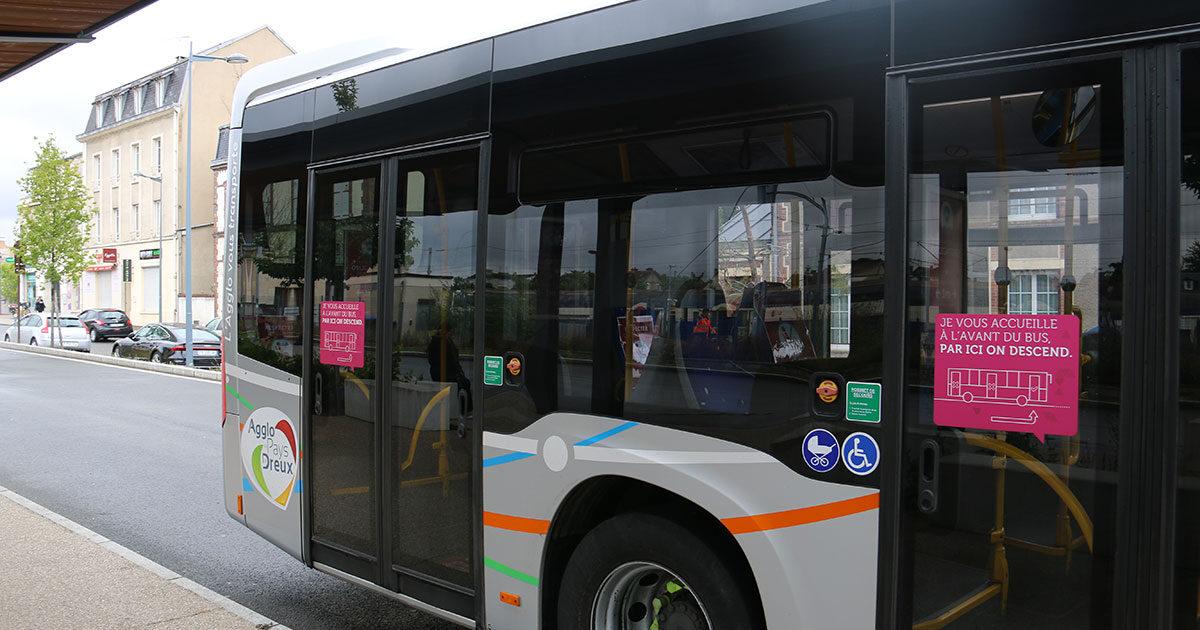 Photo d'un bus Linead avec le logo de l'agglo du pays de dreux