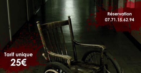 Affiche pour l'escape game special halloween de la ferme aventurier. Un fauteuil roulant vide dans un couloir sombre, avec des taches de sang dispersees dans l'affiche
