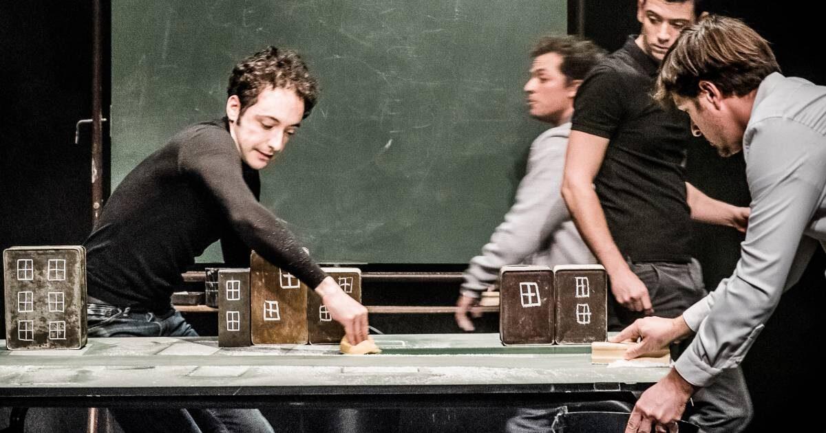 Photo de la compagnie les maladroits, 4 hommes sur scene